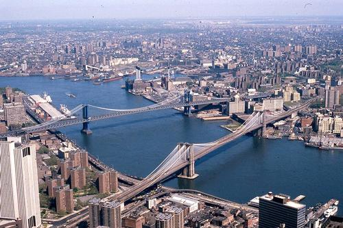 New York met Brroklyn en Manhattan Bridge Foto: George Garrigues